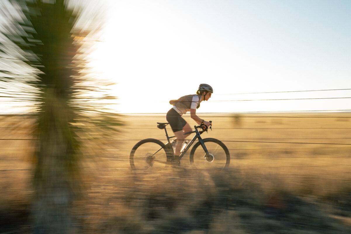 Gravel cykel med kvinde